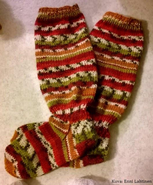 Itselleni tein ihanat värikkäät Polkka-sukat, valmistuivat sopivasti partioleirille!