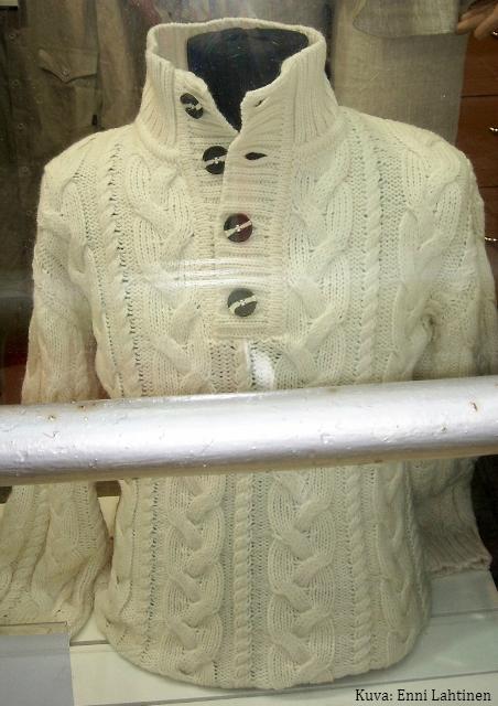 Tästä puserosta inspiroituneena neuloin oman versioni puserosta.