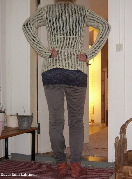 Kuvan sukat olen tehnyt neuleurani alkuvaiheessa. Lanka on Novitan Nalle Colori, ja tällaisia perussukkia tein todella monet, aina kun oli tullut uusi ihana väri kyseisestä langasta, oli tehtävä uudet sukat. Tosin osa niistä päätyi veljille ja ystäville. :)
