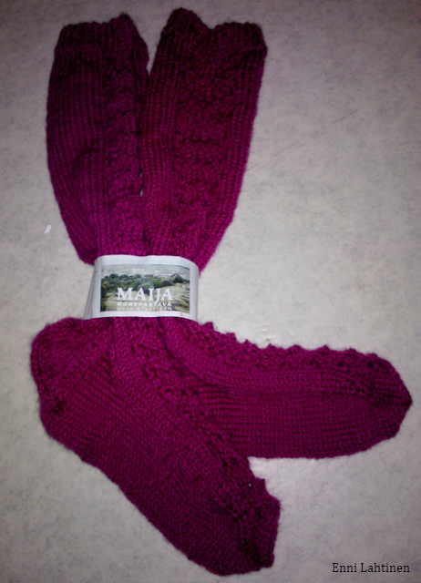Pikkusiskoni paidasta aiemmin ylijääneestä langasta tuli nyt sukat samaiselle siskolle.