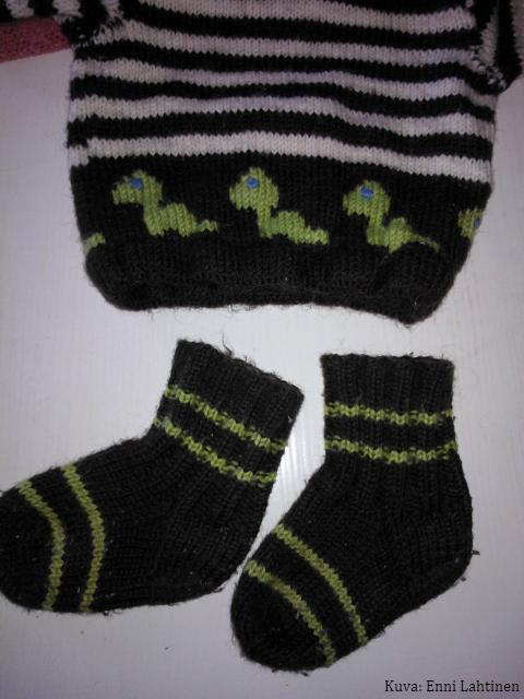 Myöhemmin tein vielä villasukat samoista langoista. Sukat ja pusero eivät kyllä ole samanikäisille lapsille sopivia.