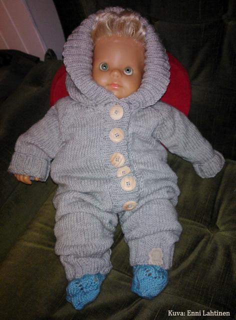 Vauvanukke oli haalariin liian pieni. Nuken pitsineulesukat Novitan 7 veljestä -lankaa.