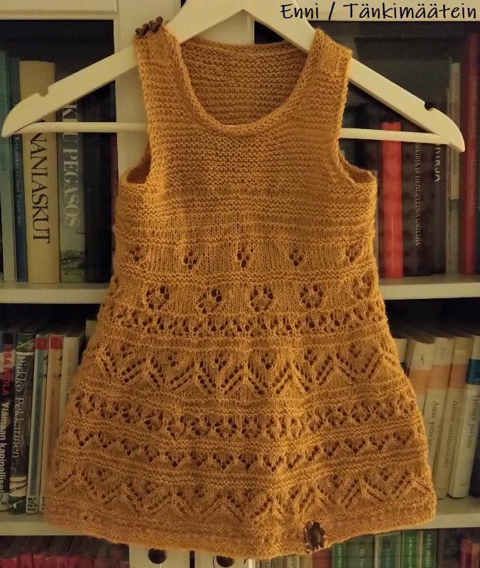 Viimeistelin mekon kosteiden pyyhkeiden välissä, sillä höyryttäminen olisi voinut venyttää mekkoa liikaa.