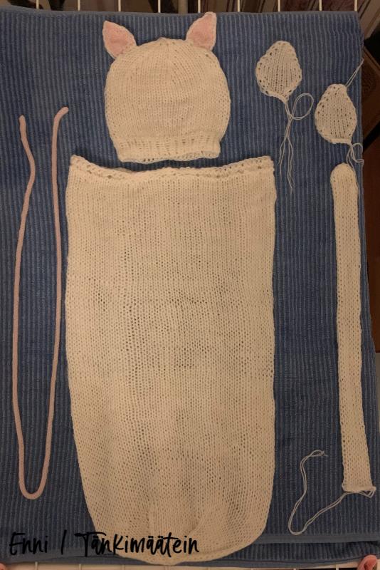 Viimeistelin neuleet (pesemällä ne ja kuivattamalla pyyhkeiden välissä) ennen palojen yhdistämistä.