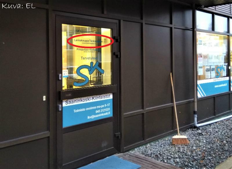 Ovessa ja ikkunoissa on isot SK-Isännöintipalvelu Oy LKV:n teippaukset, mutta ovessa on maininta myös lankakaupasta (ja Pihtiputaan Kiviteos Oy:stä). Mikäli lankamyymälällä on isompia poikkeuksia aukioloista, ovessa on lappu, jossa poikkeuksista kerrotaan.