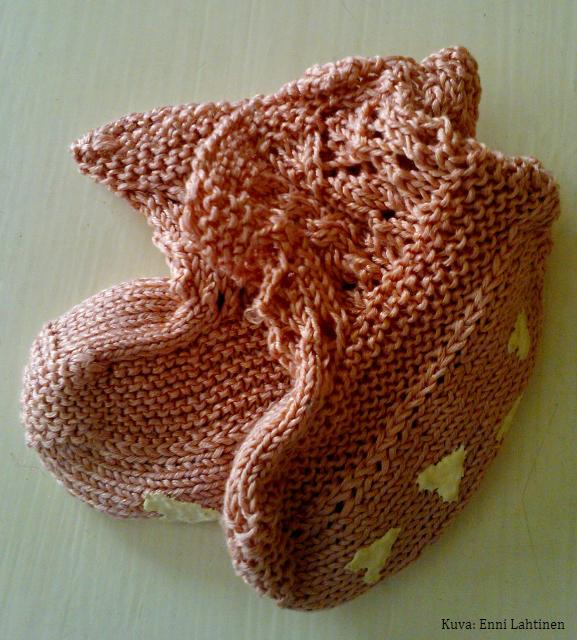 Tossuissa on useampia erilaisia neulepintoja. Varsi pitsiä ja palmikkoa, pohja ja päällinen sileää ja reunat nurjaa neulosta.