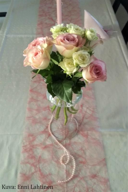Tämän pienen ruusukimpunkin sain tehdä koristeeksi tarjoilupöytään. :)