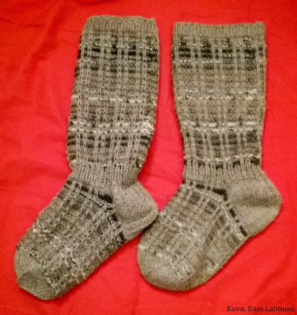 Uusi sukka vasemmalla. Kyllähän sen vielä tässä vaiheessa huomaa, että ovat hieman eri sarjaa. Tosin ei varmaan kohta enää.