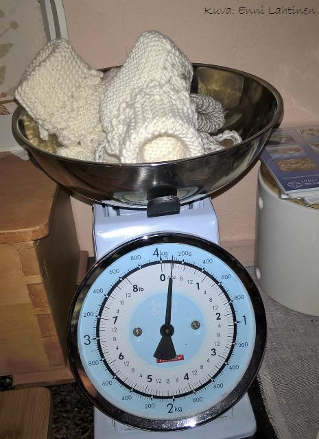 Koko asustesettiin meni lankaa noin 100 grammaa. Myssy n. 50, tossut n. 30 ja lapaset n. 20 grammaa.