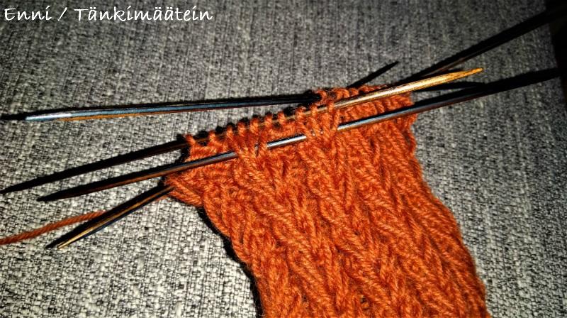 Kukkien viimeistelyssä oli hyvä käyttää sukkapuikkoa apuna.